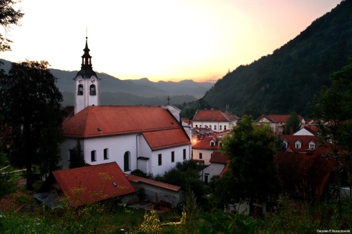 Franciscan monastery before sunrise / Klasztor franciszkański przed wschodem słońca